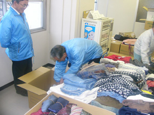 献品の梱包作業をする会員たち=河北新報普及センター支部より